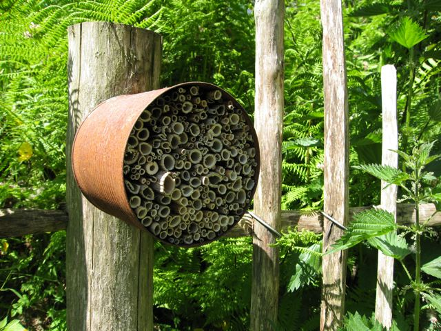 john-walker-bee-nest-box-ty-hyll